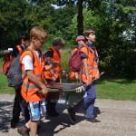 Fouragekist met tosti-benodigdheden sjouwen tijdens de hike